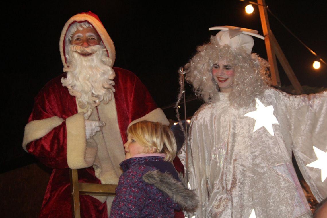Weihnachtsmann + Engel auf Stelzen