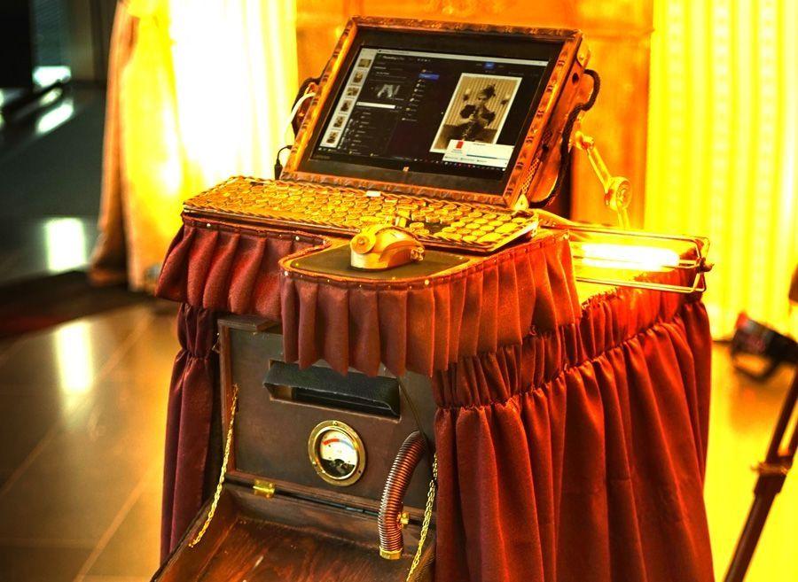 Photo-Booth / Event-Fotobox Unsere Photobooth Eventaktion mit einer tatsächlich funktionierenden, nostalgischen Kamera ist, ähnlich einer Photo-Booth-Aktion im herkömmlichen Stil, ein Event-Erlebnis für Ihre Gäste. Allerdings werden mit uns die Gäste angeleitet und Unterhalten, so dass eine völlig eingene Atmosphäre entsteht.