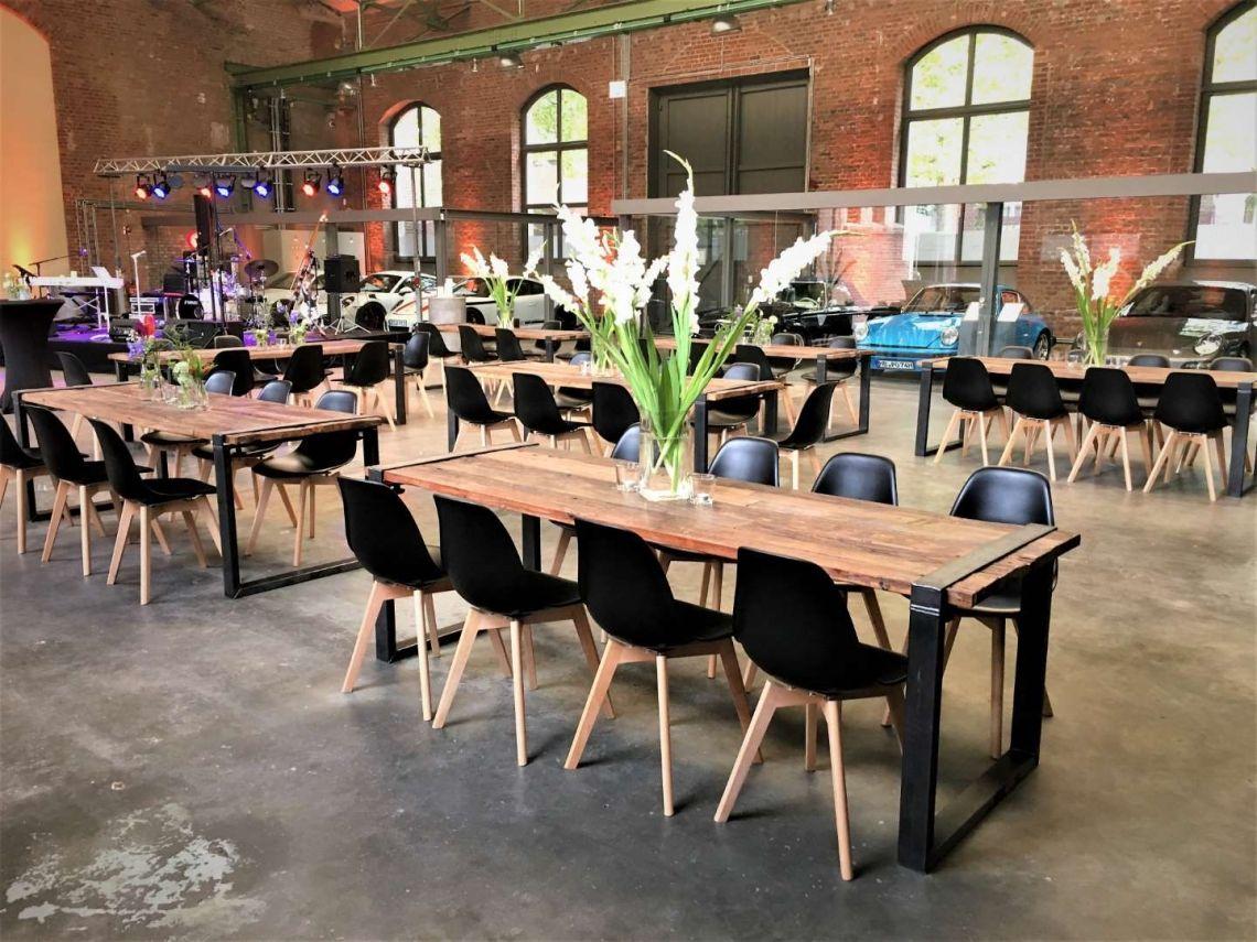 Automotive Veranstaltung Immer das passende Mobiliar. Hier der Industrialtisch in Kombination mit dem Stuhl Keeve.
