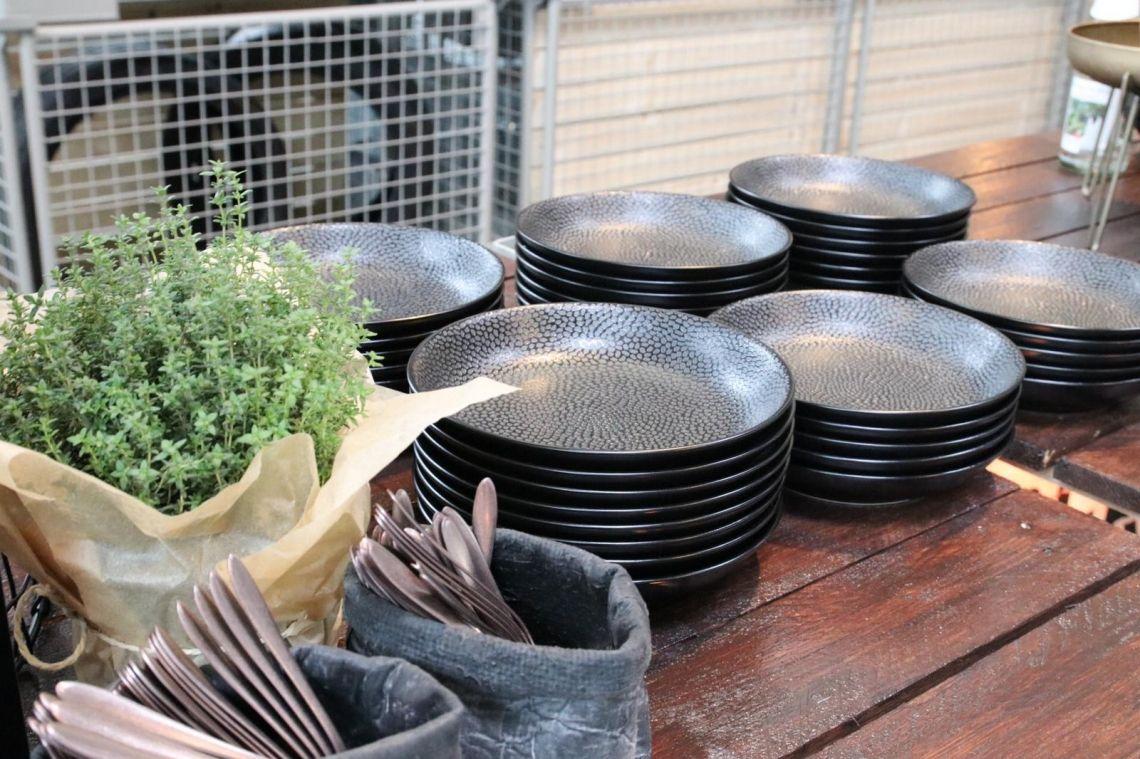 Table Top für die Sinne Mit Geschirr aus der Serie Honeycomb. Durch seine Struktur wird hier auch die Haptik angesprochen. Hierzu passt wunderbar unserer matt kupferfarbendes Besteck aus der Serie Gioia.