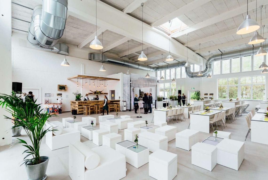 Locationeinweihung mit unserer White Lounge Die richtige Farbe für diese Location. Raeume made by eventura - Die Veranstaltungsprofis!