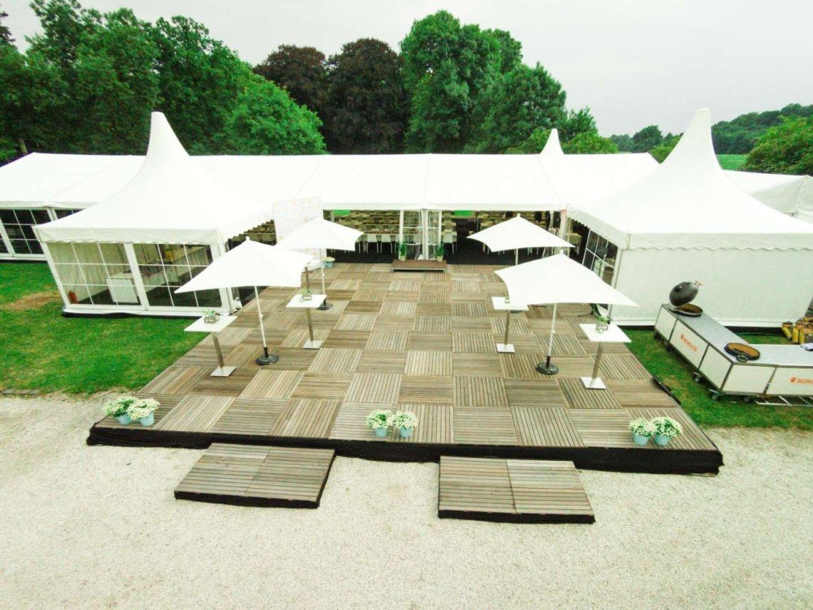 Zeltlandschaft für eine Firmenjubilaeum Ein Golfplatz auf einer Schlossanlage ... zwei Begebenheiten die bei einem Event auf Probleme hindeuten. Unserer Meinung nach haben wir es sehr gut geloest.
