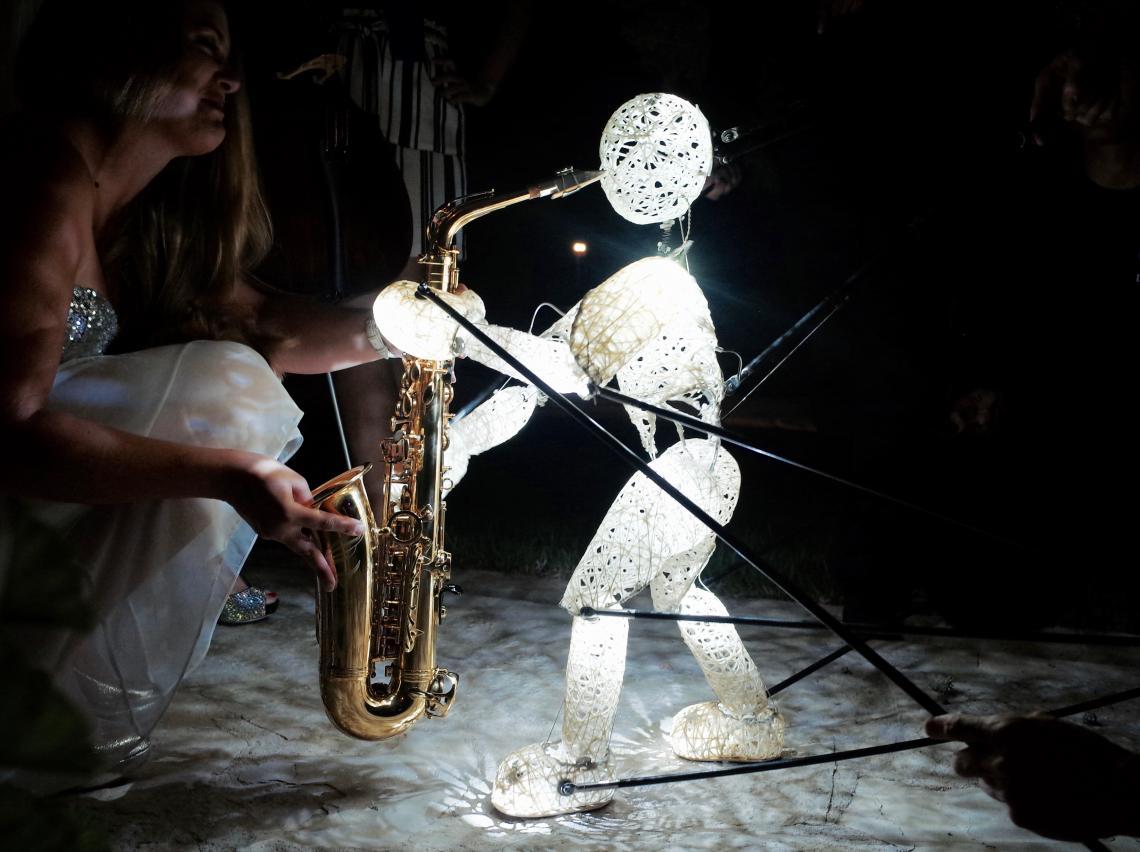 Mr. Saxo-Beat - der kleine DUNDU gibt Gas Immer wieder erstaunlich welch starken Fokus der kleine leuchtende Kerl erzeugt.