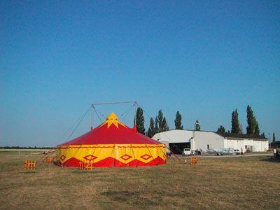 14m Zirkuszelt mit ca. 156qm Wunderschönes 14m Zirkuszelt mit ca. 156qm  Diese Zelt eignet sich ideal für Hochzeiten, Partys und als Showzelt. Durch unsere Umfangreiche Ausstattung können wir zusätzlich Fußböden, Licht + Ton, Bestuhlung, Artisteneingänge, Heizung und vieles mehr bereitstellen