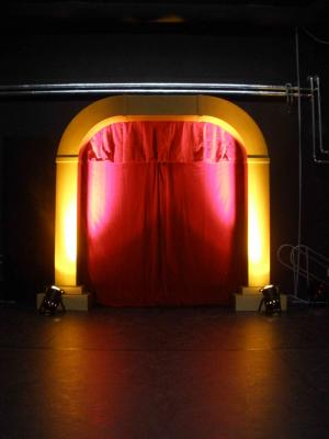 Artisteneingang Edeler Artisteneingang aus goldenen Säulen mit rotem Samtvorhang. Zaubert auf jede Bühne ein gelungenes Ambiente.