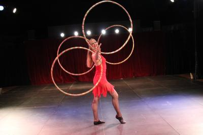 Laura Cohen - Die Hula Hoop Show von circusevents-koeln.de Tanzende Reifen  Die Hula Hoop Show ist eine temporeiche Darbietung mit moderner Musik. Tänzerisch lässt Laura Cohen bis zu 20 Reifen um ihren Körper kreisen.  Optional können die Reifen mit UV-Licht illuminiert werden.