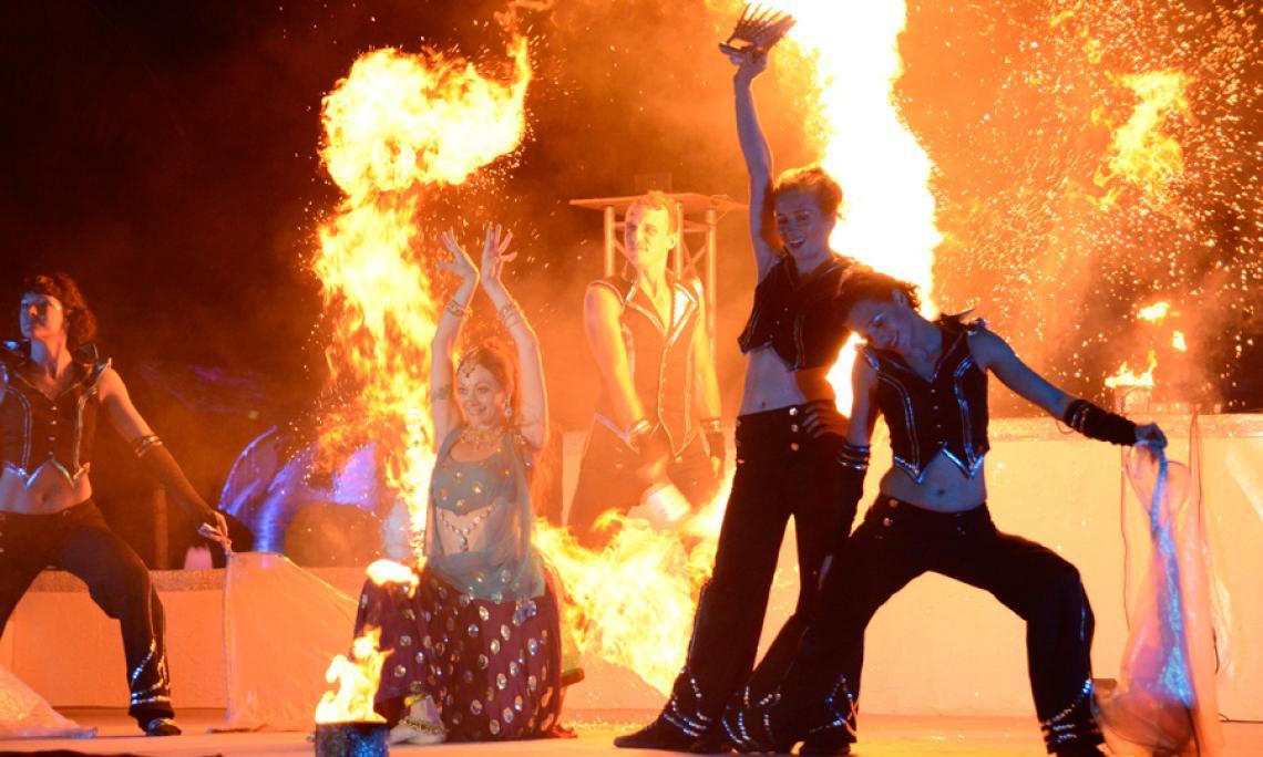 Feuershow mit vier und mehr Artisten - Je nach Veranstaltung und Kundenwunsch präsentieren wir unsere Feuershows auch mit vier und mehr Feuerartisten.