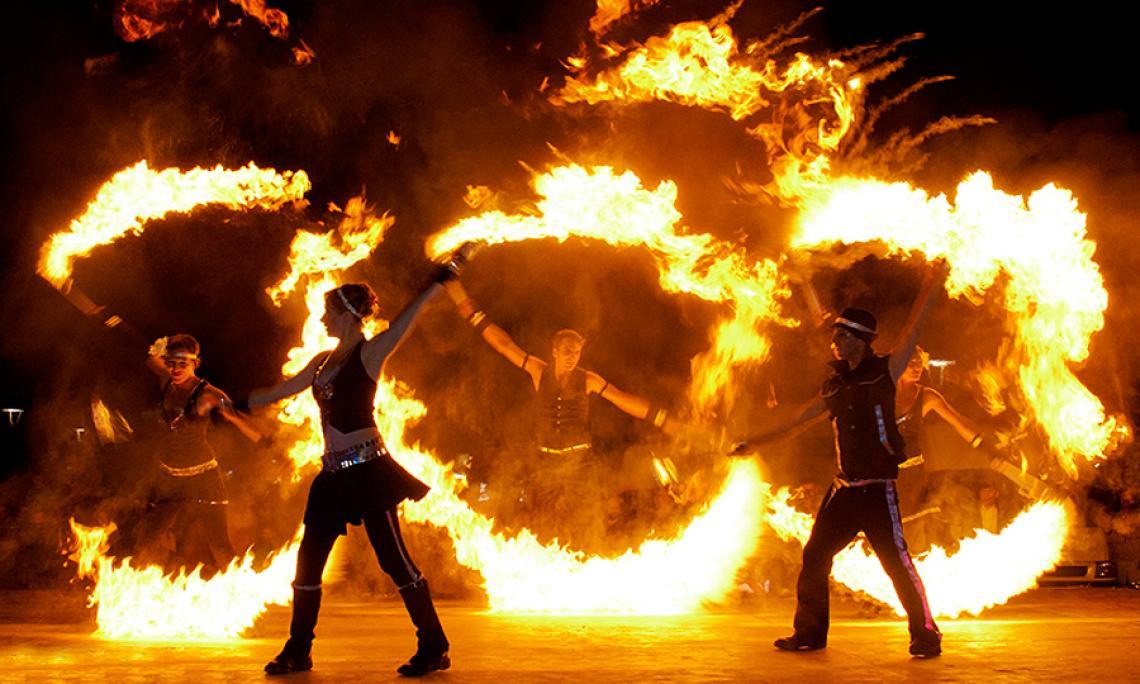 Feuershow mit großen Flammeneffekten - Einbindung außergewöhnlicher Flammeneffekte mit speziellen Requisiten in die Feuershow.