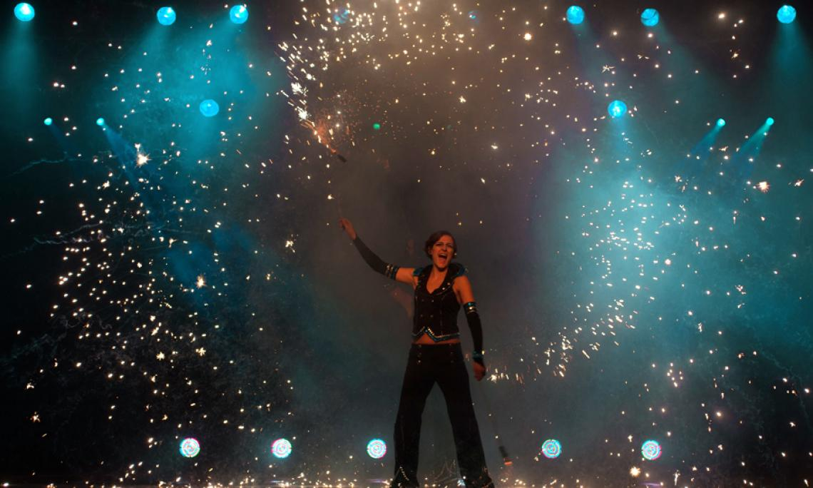 Pyrotechnik artistisch inszeniert - Feuershows und pyrotechnische Begleitung setzen wir auch in Innenräumen um.