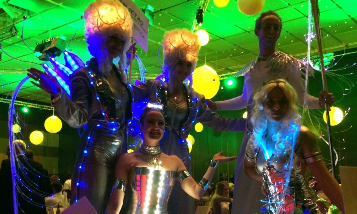 Silver Light Walking Act - Futuristisch gestaltete Kostüme mit LED-Lichtern, z.B. für die Begrüßung der Gäste zum Empfang.