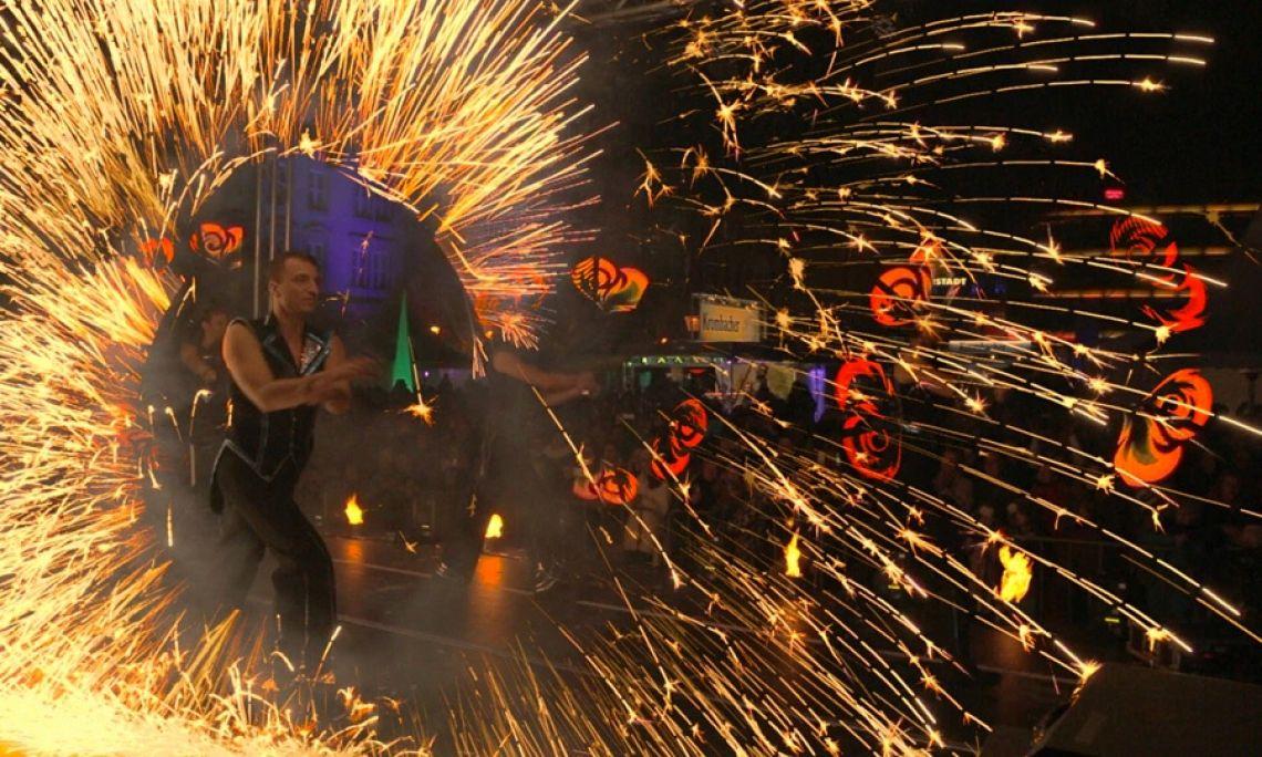 """Feuershow in Magdeburg - Im Rahmen der Veranstaltung """"Magdeburg on Ice"""" setzten wir auf dem Marktplatz eine Feuershow um."""