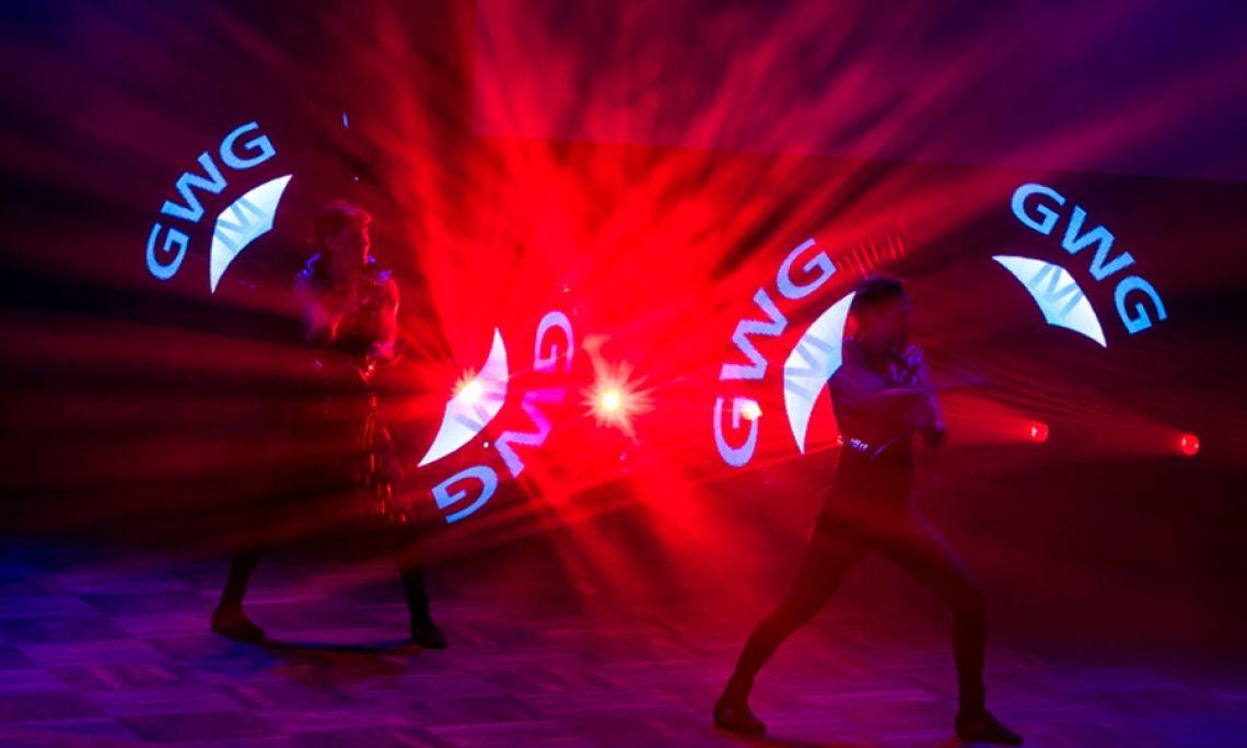 LED-Show - Zum Einsatz kommen programmierbare LED-Requisiten, mit denen individuelle Schriftzüge und Logos artistisch inszeniert werden.