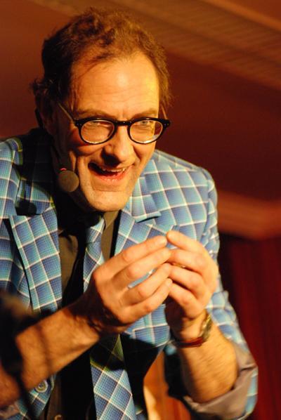 Die Grenzen zwischen Genie und Wahnsinn verschwimmen Mit seinem feinsinnigen, schwarzen Humor begeistert Andy Clapp sein Publikum.