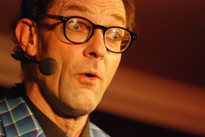 Charmant und hintergründig zugleich Andy Clapp macht mit seiner magischen Comedy so manche Bühne unsicher.