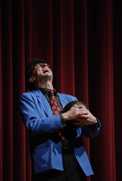 Slapstick gepaart mit britischem Humor Eine flüchtige Handbewegung, ein schneller Blick, ein rasches Kopfnicken, und es ist wieder passiert: Der Magier hat sein Werk vollbracht, ohne das es sein Publikum bemerkt hat.