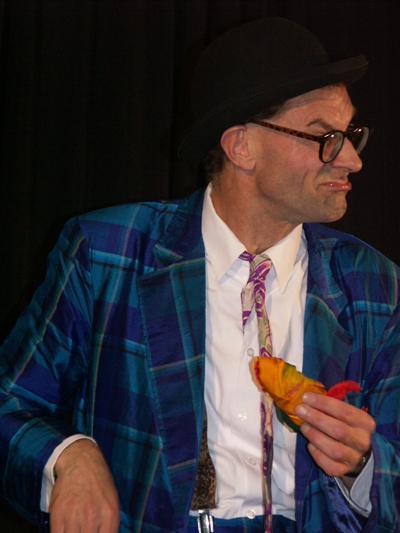 Der Magier wird scheinbar selbst zum Opfer seiner Zauberei Sein Kinderprogramm ist gespickt mit herrlichen Slapsticks und feinem britischen Humor für die ganze Familie.