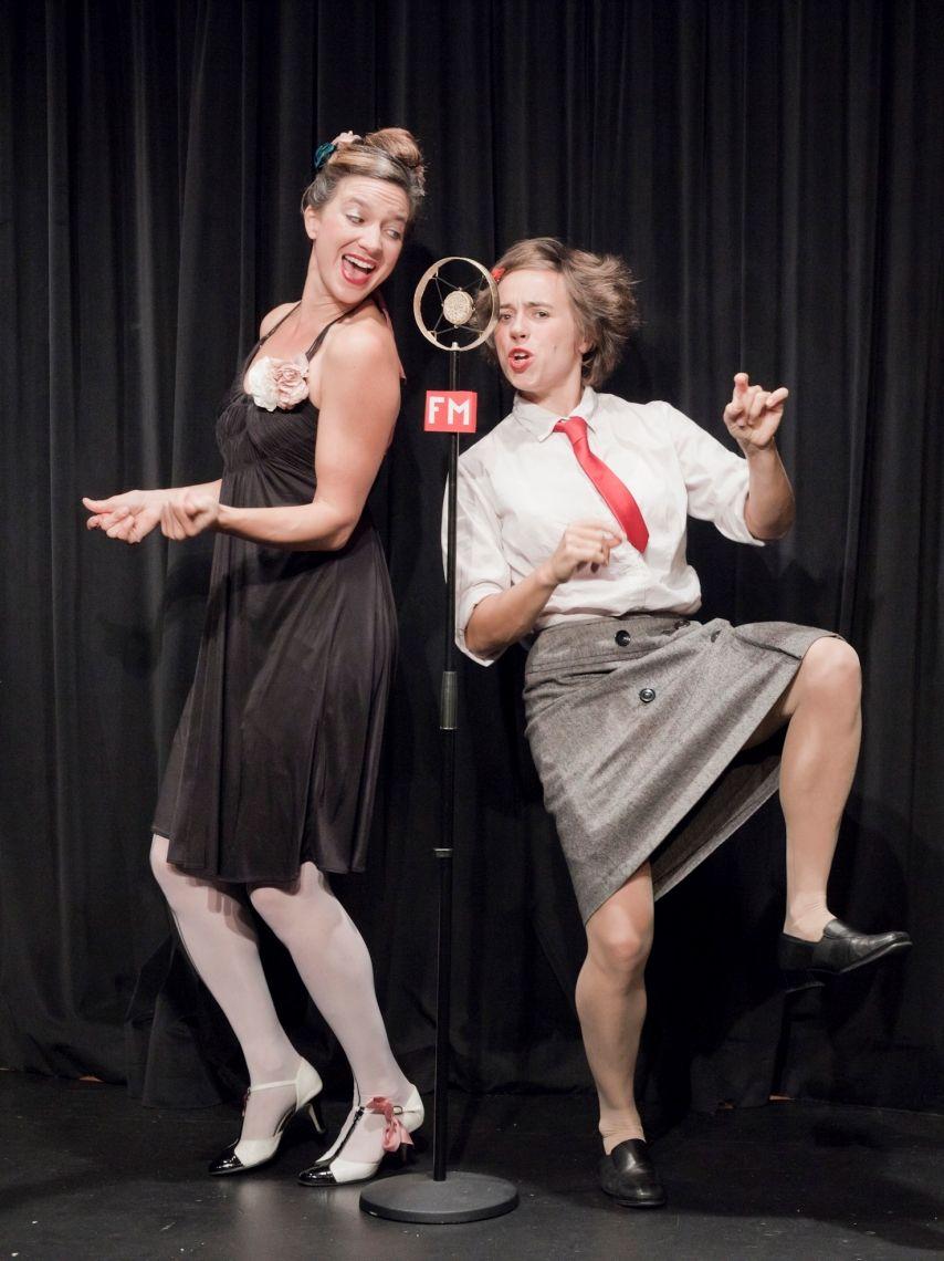 """Duo Luna-tic 4 Hände – 2 Stimmen – 1 Klavier   Die vier Hände gehören Judith Bach alias Fräulein Claire aus Berlin und Stéfanie Lang als Mademoiselle Olli aus Paris. Burschikos trifft charmant und nicht nur das Klavier kommt ins Rollen … Sie sind ein eingespieltes Duo, kennen die Macken der jeweils anderen und wissen, was die andere von Herzen freut und noch viel interessanter: was sie auf die Palme bringt. Was tun, wenn die Luft zu dick wird? Zusammen oder alleine? Mal absichtlich, mal einfach nur gut gemeint, stolpern die beiden immer wieder durch Konfliktsituationen.  Auszeichnungen - St. Ingberter Pfanne 2011 - Publikumspreis - St. Ingberter Pfanne 2011 - Jurypreis - Niederstätter SurPrize 2010 - Publikumspreis - Niederstätter SurPrize 2010 - 1. Jurypreis - Amoureux de la scene - Publikumspreis  Das Programm """"ON AIR""""          Funksturm mit Olli & Claire        Klavierakrobatikliederkabarett Idee & Spiel: Judith Bach & Stéfanie Lang Mitarbeit: Tom Ryser & Federico Dimitri  Claire aus Berlin und Olli aus Ost-Paris (oder doch eher aus Genf …), zwei Frauen, die unterschiedlicher nicht sein könnten, begleiten sich auch in ihrem neuesten Bühnenprogramm wieder gegenseitig am, auf, neben und unter dem Klavier.   Diesmal steht """"Erlebnis-Radio"""" auf dem Programm. Das Ding, um das sich alles dreht, ist ein Radiomikrofon, welches sich Claire und Olli für ganz wenig Geld ersteigert haben. Die Idee wird sofort umgesetzt, die Bühne wird zum Studio und schon machen zwei außergewöhnliche Frauen Radio, wie man es noch nie gehört (und gesehen!) hat. Mit leisen und lauten Chansons voller Herz und Schmerz sind die beiden live mit ihrem """"Radio Luna-tic"""" für ihre Hörer ON AIR, auf Sendung. Es gibt Megahertz, Funksturm, Funkstille und Mikrowellen..., eine Radiostation wie wir sie uns wünschen, voller Witz und Emotionen und immer außer Rand und Band!"""