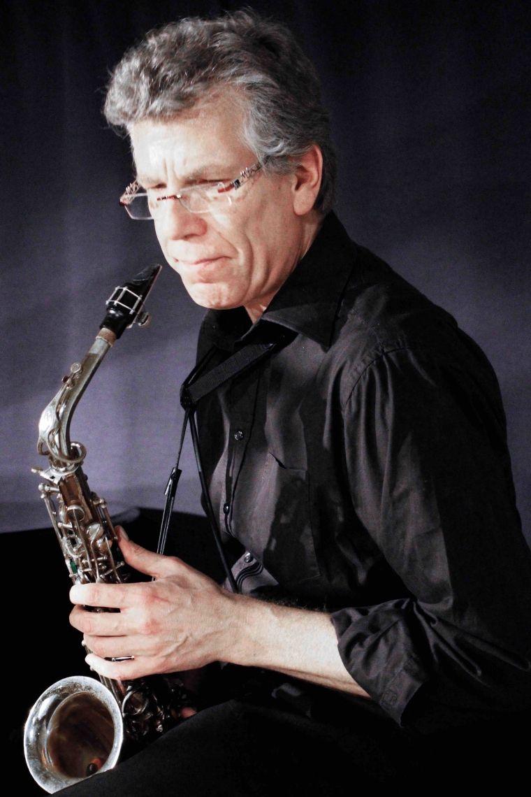 """Kim Jovy Kim Jovy, Reeds lebt in Köln und arbeitet als freier Musiker, Arrangeur, und Komponist für Auftraggeber aus den Bereichen Theater, Musical, Rock, Jazz, E- und U- Musik. Er war festes Band-mitglied u.a. beim """"Starlight Express"""", """"Cats"""", """"Phantom der Oper"""" u.a.  Neben verschiedenen anderen Formationen spielte er für Angelika Milster, Roberto Blanco, Guildo Horn, Helge Schneider. Außerdem arbeitet er regelmäßig für klassische Symphonieorchester, wie z.B. das Beethoven Orchester Bonn, die Dortmunder Symphoniker, das Orchester des Aalto-Theaters in Essen und das Gürzenich-Orchester Köln."""