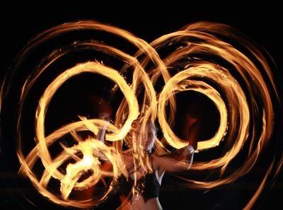 """Die mit dem Feuer tanzt Es ist Ihre Show: """"Dance with Fire"""" bietet eine individuelle Kreation seiner Shows nach Ihren Wünschen. Ob als Soloshow oder Gruppe, ob mit Feuer oder Neonlicht, ob in elegantem Kostüm oder schwarzem Lack, Dance with Fire sorgt bei jedem Anlass für beeindruckende Erlebnisse."""