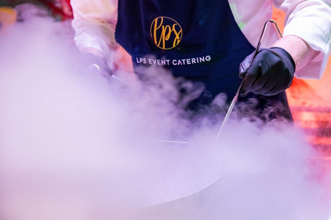 An den rauchenden Stickstoff-Stationen wurden von den LPS Köchen fantastische Desserts gezaubert.