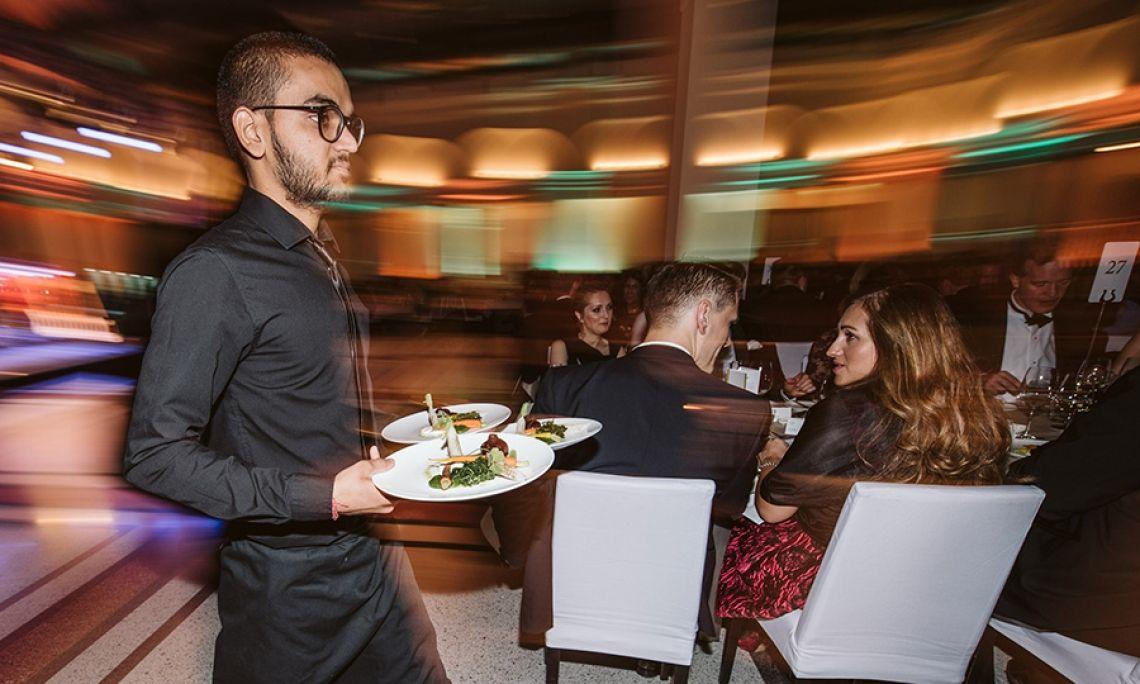 Das 60-köpfige LPS Serviceteam sowie acht Barkeeper versorgten die Gäste des Gründergeist-Balls mit exklusiven Gaumenfreuden und Getränken.