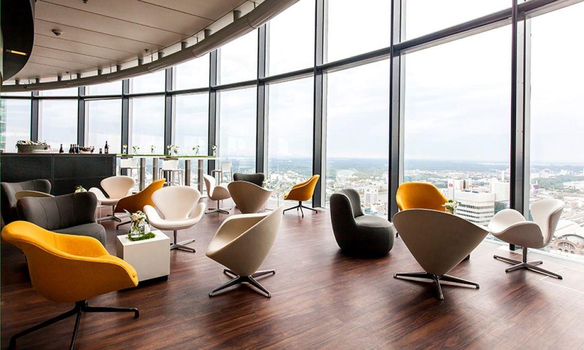 Location Maintower, Frankfurt am Main Das exklusive, moderne Design sowie ein erstklassiges Konzept spiegeln wider, was die Gäste hoch über den Dächern von Frankfurt erwartet: Eleganz und Stil im 53. Stock, in 187 Metern Höhe, mit direktem Blick auf die City.