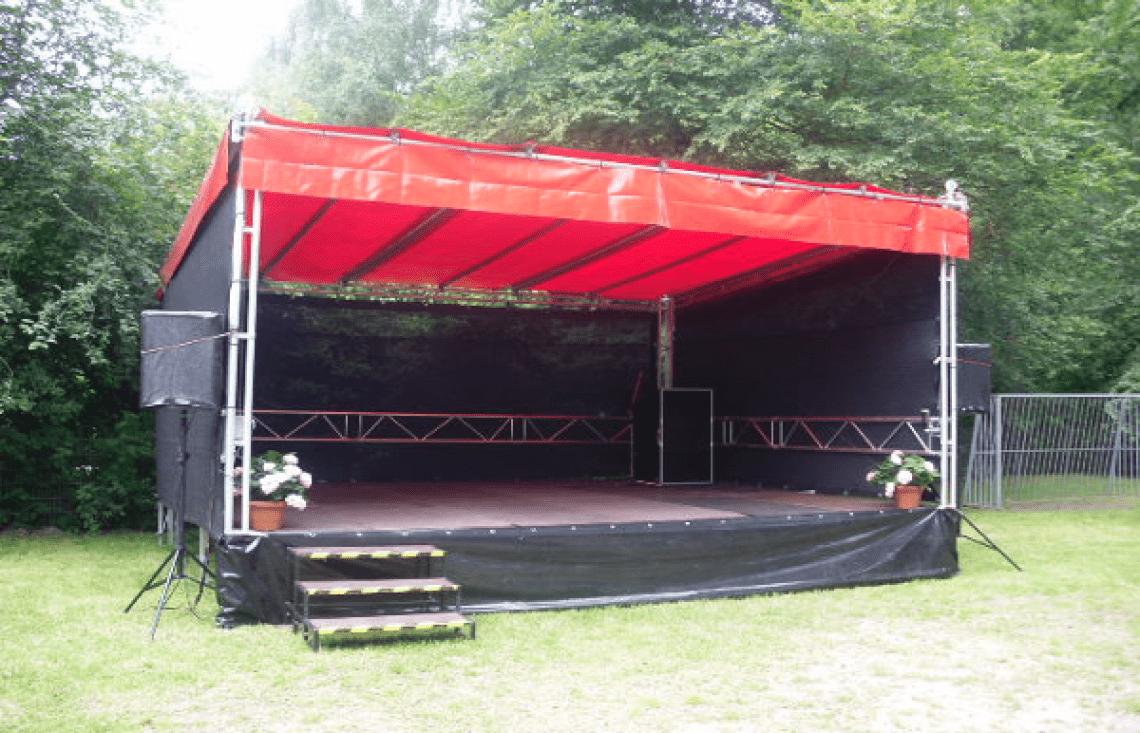 Bühne 30m² Verschiedene Aktionsbühnen mit Absturzsicherung.