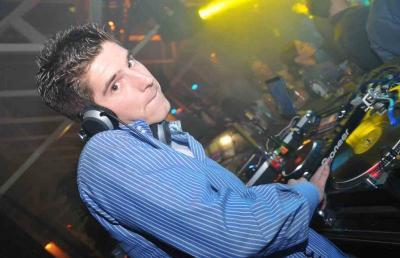 """DJ Speedy Jay - Allrounder für Party, Lounge und vieles mehr. Als einer der größten Partyveranstalter des Aachener Landes ist er seit vielen Jahren als DJ aktiv. Seit einigen Jahren wird Speedy Jay aber auch immer gefragter auf Firmenevents aller Art. Von Mitarbeitern auf der Sommerparty bis zu den Kreuzfahrtgästen der MS Europa weiß er jedes Publikum zu begeistern und bekommt regelmäßig das Prädikat """"Der beste DJ den wir je hatten"""" von unseren Kunden verliehen."""