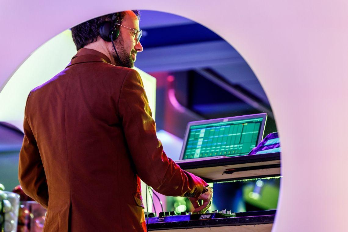 """re:loom - CJ Masou Ein Blick in den """"Maschinenraum"""" von re:loom über die Schulter von CJ Masou, dem musikalischen Mastermind der Band."""
