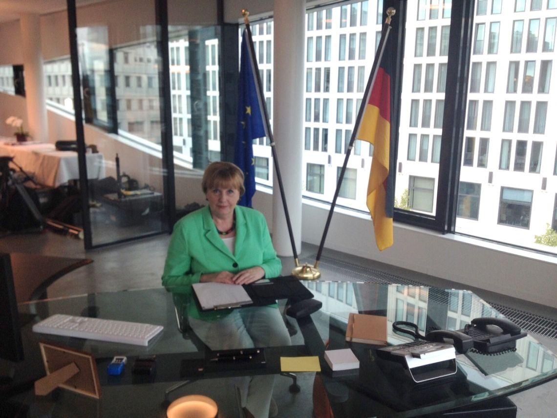 Merkel Double im Kanzleamt