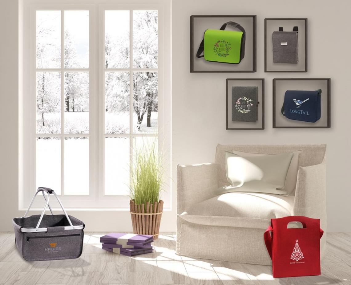 Filzig fein mit den Filztaschen von HALFAR® Bei HALFAR® finden Sie eine Reihe von Filztaschen - vom edlen Korb,  über die praktischen Umhängetaschen bis hin zur Schreibmappe. Und dazu gibt es sie nicht nur im schlichten Grau, sondern auch in weiteren bunten Farben. Bestickt mit Ihrem Logo eignen sich die Filztaschen als Mitarbeitergeschenke oder als edle Messetaschen, die man gerne noch lange nach dem Event trägt.