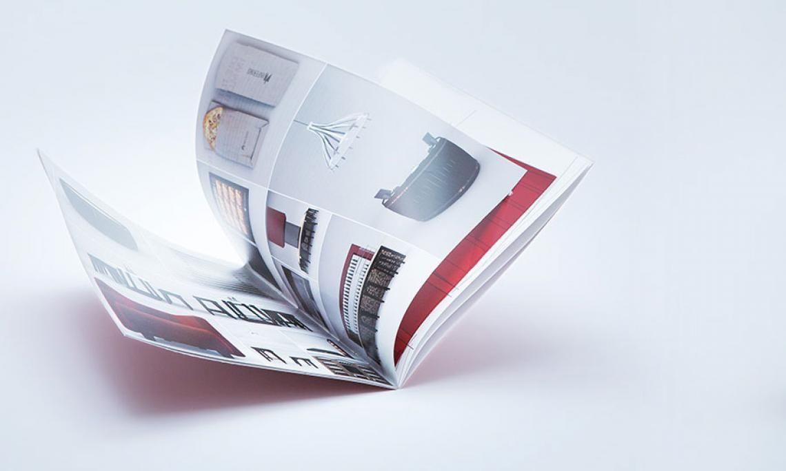 viaprinto Broschüre Klammerheftung Perfekt für Einsatzzwecke wie Kataloge, Imagebroschüren & Co.:  Bei der klassischen Rückenstichheftung verbinden zwei Drahtklammern Bögen und Umschlag in der Falzung.  Die breite Auswahl an Formaten und Papieren bietet Flexibilität. Sie können Klammerheftungen bestellen      bis zu 60 Seiten Gesamtumfang     ab 1 Exemplar     im Overnight-Service bis 10:30 Uhr geliefert.  Außerdem: Veredelungen. Mit Folienkaschierung oder UV-Lack haptische Akzente setzen.