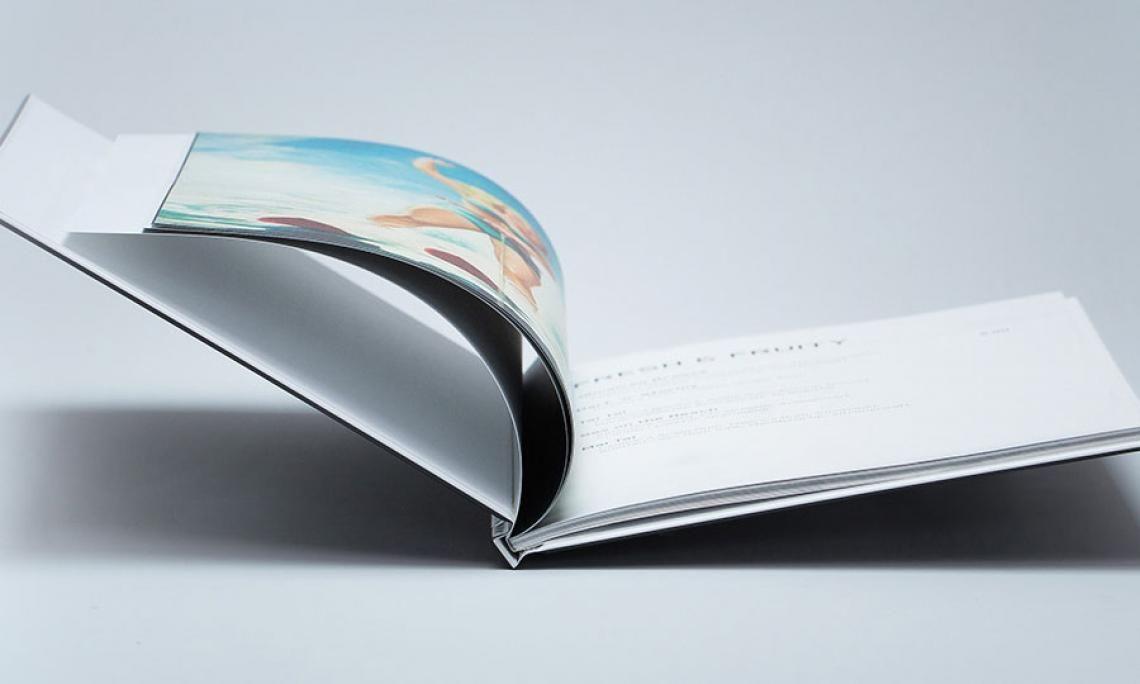 viaprinto Hardcover Die Königsklasse der Printprodukte: das Buch.  Ob Geschäftsberichte, Event-Book oder Dokumentation: Die Klebebindung mit Vorsatzpapier ist wertig, stabil und verbindet das Hardcover mit dem Buchblock.  Sie können Hardcover bestellen      bis zu 300 Seiten Gesamtumfang     ab 1 Exemplar     und im Express-Versand   Außerdem: Folienkaschierung in glanz oder matt. Das sieht nicht nur gut aus, es schützt zudem.