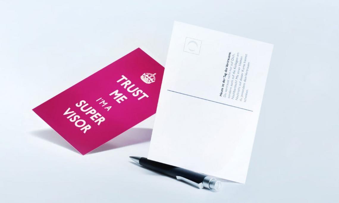 viaprinto Postkarten Um Rückantwort wird gebeten: die Postkarten.  Bringen Sie Ihre Informationen kurz und knapp auf den Punkt sowie schnell und günstig zu Ihren Kunden. Oder setzen Sie die Postkarte als Response-Element ein, um den Erfolg Ihrer Werbemaßnhamen objektiv nachzuvollziehen.  Durch die Formatvielfalt und die glänzende Kaschierung bekommt Ihre Nachricht eine ganz besonders hochwertige Note.