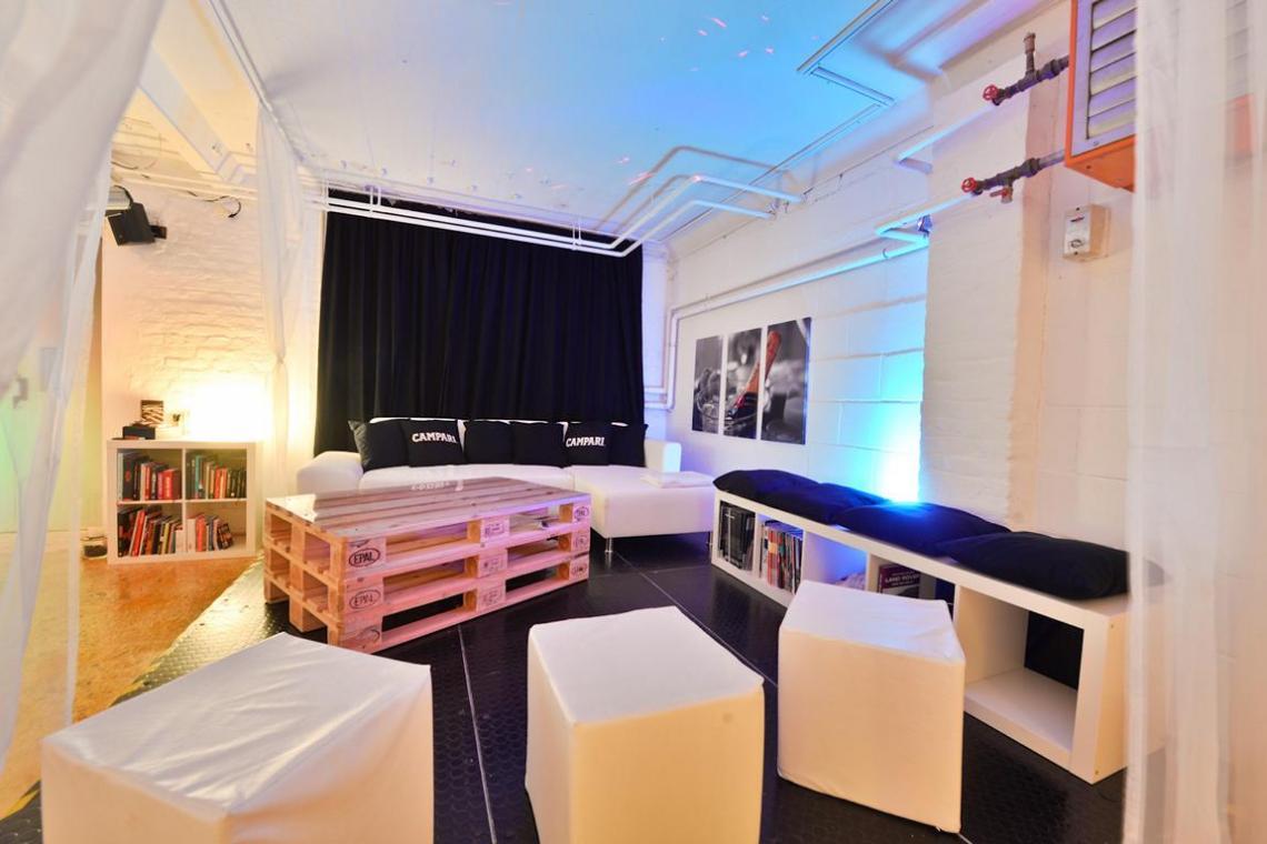 die Lounge lädt zum Verweilen ein! Eventlocation mit industriellem Ambiente in Frankfurt