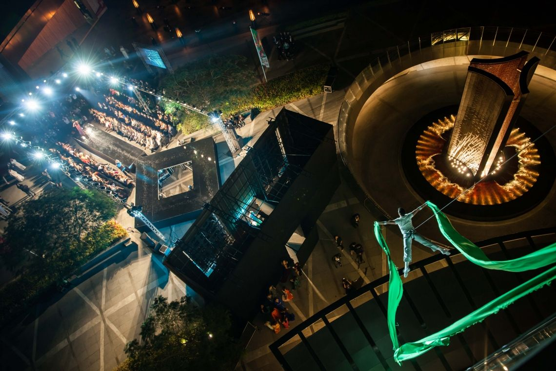 Vertical Catwalk Vertikale Inszenierung an einer Fassade oder Banner zur Fashion Show, Produktpräsentation oder Publikumsmagnet