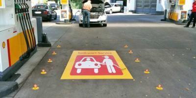 Straßenaufkleber Asphaltaufkleber Asphaltaufkleber können im Außenbereich auf Straßen verwendet werden. Auch in Nasszonen z.B. für Schwimmbäder geeignet.