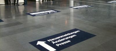 Bodenaufkleber Wegweiser Innenbereich Bodenaufkleber können im Innnebreich auch als Wegweiser verwendet werden