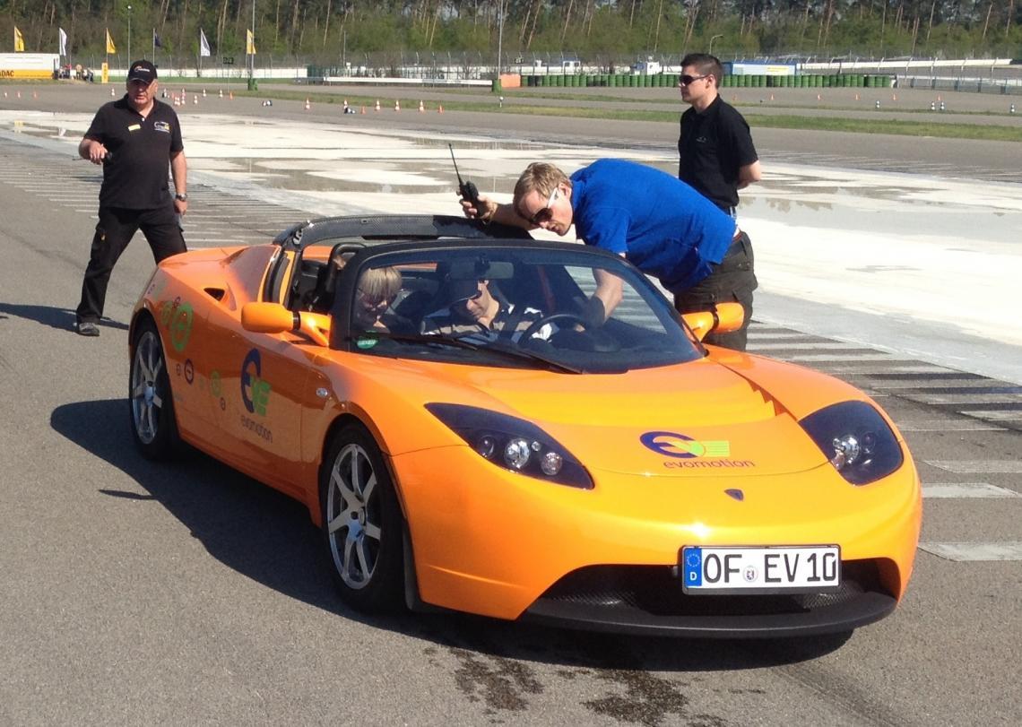 """Rhein Chemie: Green Mobility Day 2013 Für die Rhein Chemie GmbH, ein Unternehmen der LANXESS Gruppe und führender Hersteller von Kautschuk-Additiven für die Reifenindustrie, entwickelten wir den """"Green Mobility Day 2013"""".  Es lag nahe, einen """"Racing-Event"""" für die jährliche Kundenveranstaltung auszuarbeiten, zu der die Top 100 der Entscheider aus dem weltweiten Kundenportfolio geladen wurden. Die Grundidee war, einen Teamwettbewerb mit 10 Rennteams auszutragen. Alle Fahrzeuge (Smart, Tesla, Fisker, Twizy, E-Karts etc.) wurden mit Strom betrieben. Der Wettbewerb beim """"Green Mobility Day"""" wurde im Look and Feel eines Formel-1- oder DTM-Rennens mit Rennleitung, Rennoutfits, Boxengasse, Boxenteams und Streckenposten ausgetragen."""