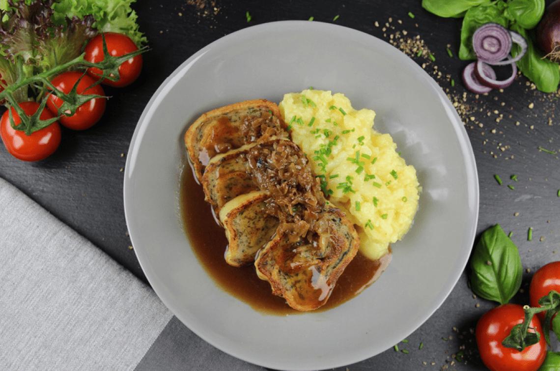 Lou's Maultäschle Maultäschle gefüllt mit bestem Schweinefleisch, serviert mit Kartoffelsalat, Bratensoße und geschmelzten Zwiebeln - mmmmmmh, lecker!