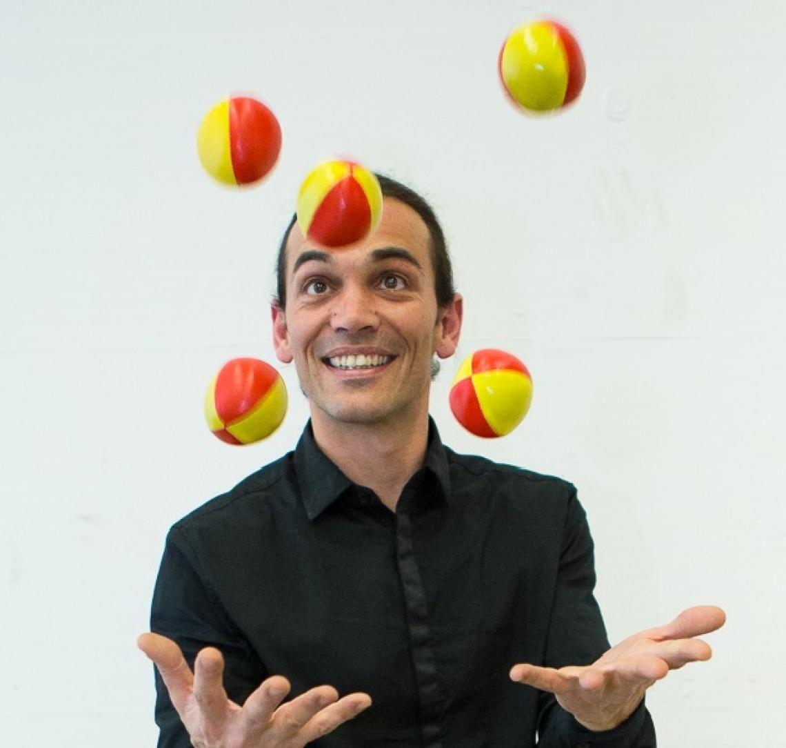 jonglage ich spiele auch andere shows mit unterschiedlichen jonglierrequisiten!