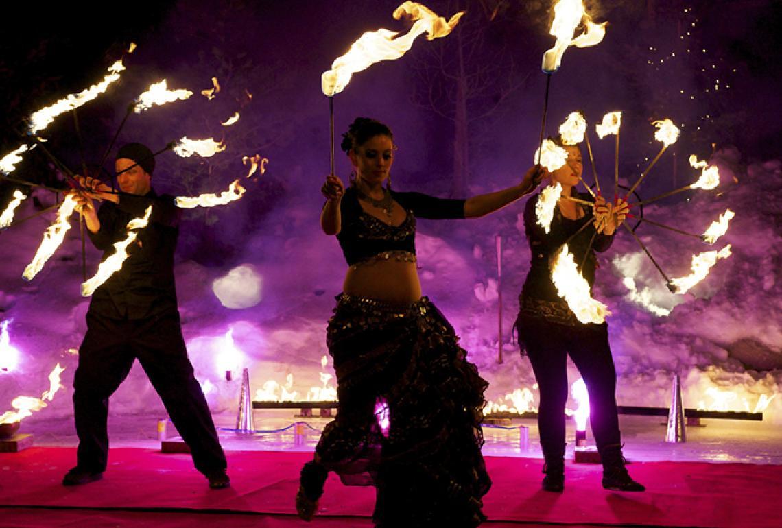 stimmung feuer und tanz und effekte werden kombiniert um eine einmalige stimmung zu schaffen