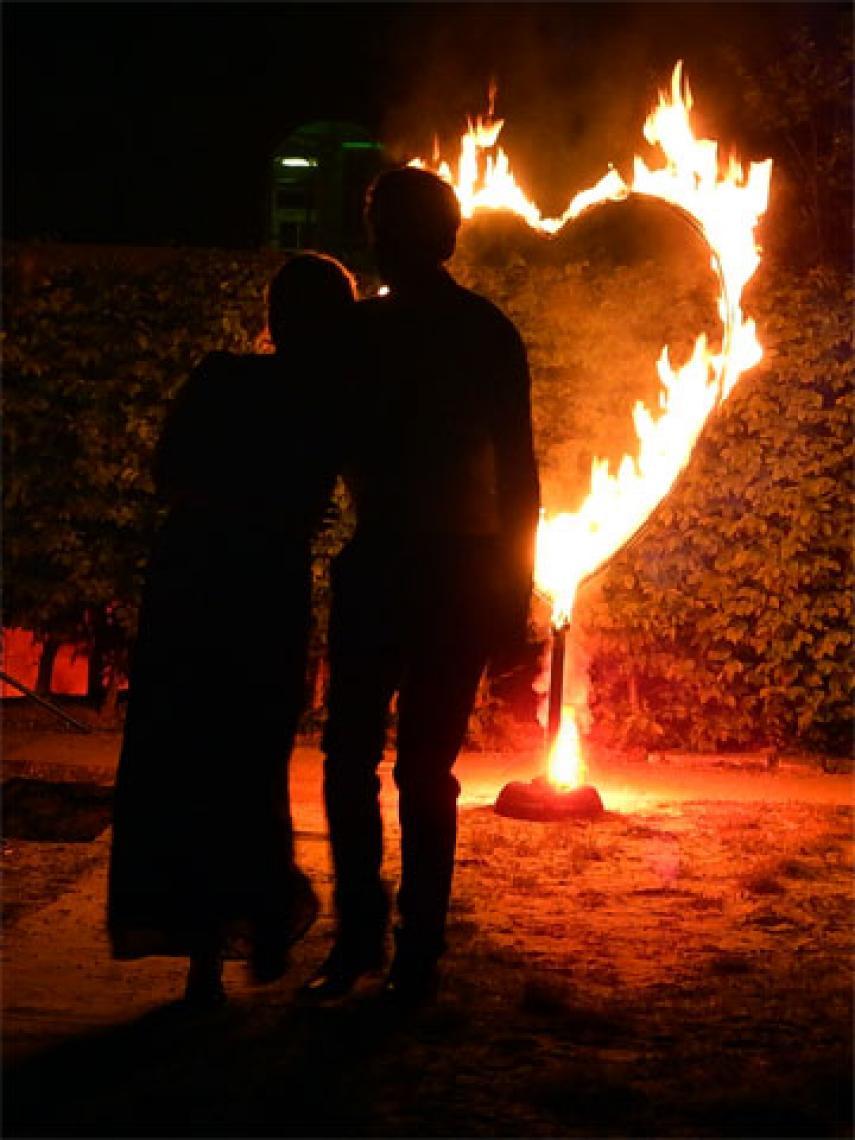 Flammendes Herz Unser Special für Hochzeiten: Ein ca. 180 m hohes, lichterloh brennendes Herz. Mit ein wenig Pyrotechnik bereichert, ergibt es ein super Motiv für Fotos...