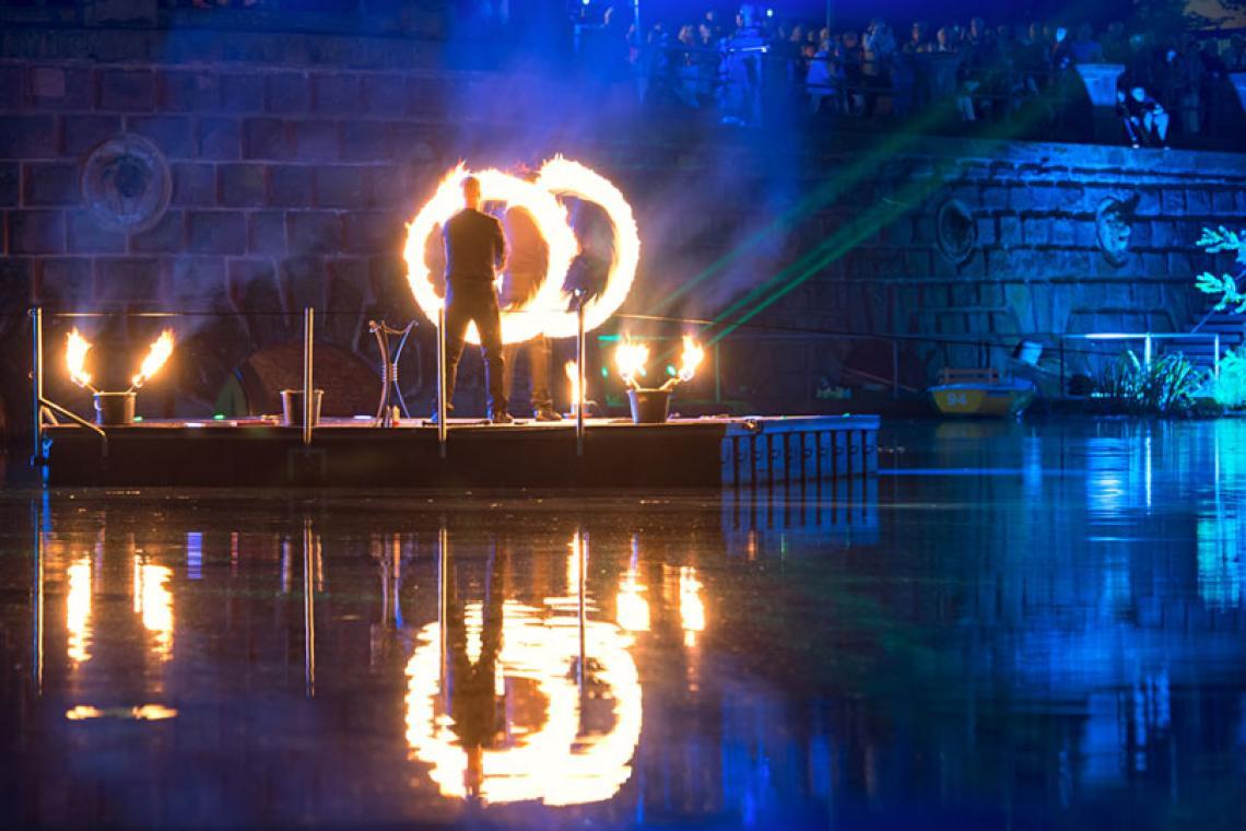 Drauf & Dran: Feuershow Fackelschwingen   Foto © Andreas Hamacher In einer eigens für die Kunstsammlung NRW entworfenen Choreographie zeigten Drauf & Dran ihre Kunst mit Feuer auf einem Ponton auf dem Kaiserteiche in Düsseldorf. Begleitet wurden sie dabei von den Jungen Blechbläsern NRW.