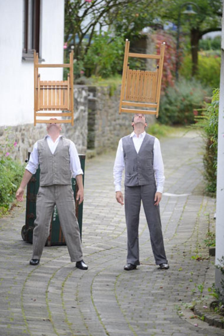 Drauf & Dran: Balance mit Klappstuhl Als Jongleure und Artisten beherrschen Drauf & Dran auch die Kunst, Dinge zu balancieren: Hier tragen sie ihre mitgebrachten Klappstühle auf dem Kopf.