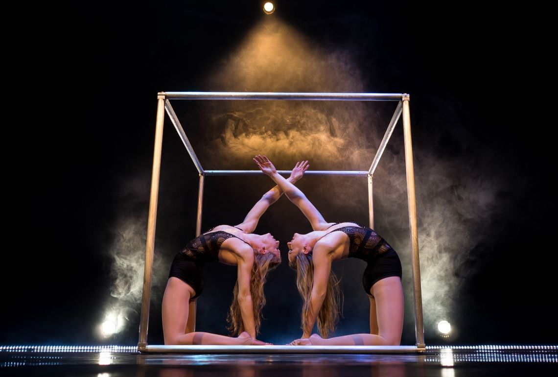 Duo Cube Akrobatik Duo Tanz Akrobatik Act an einem Würfel