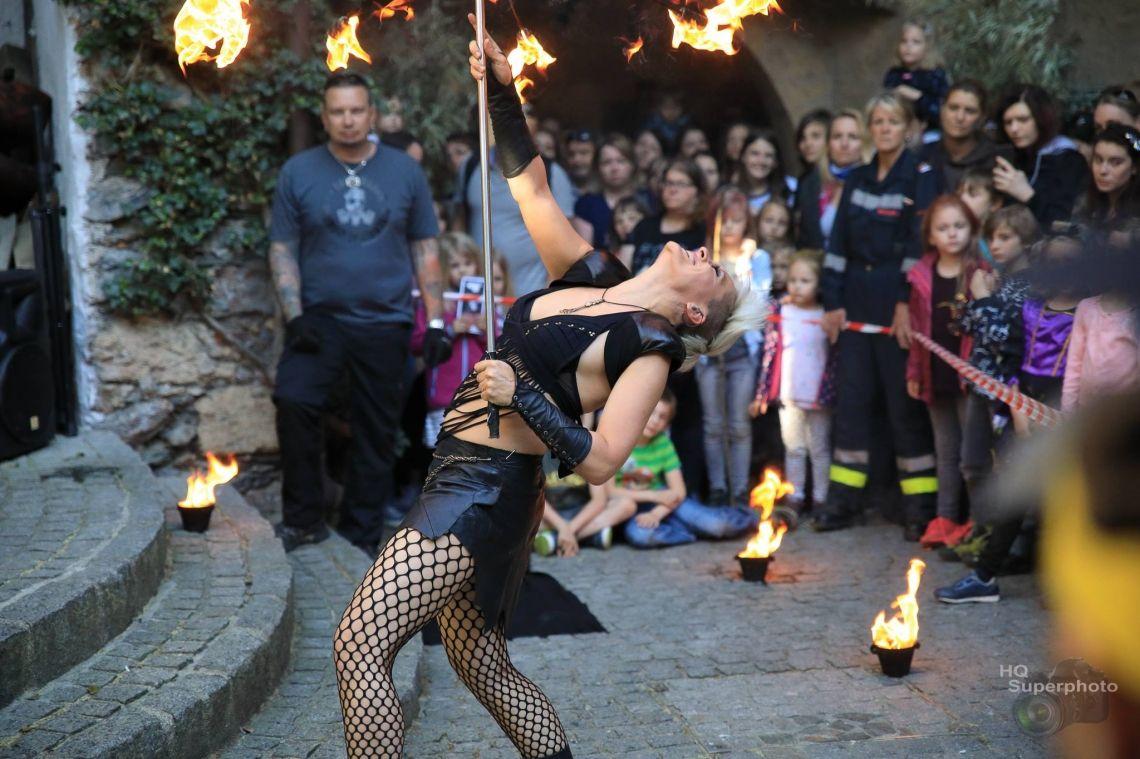 Feuer Walking Act Auch feurige Walking Acts und Straßenkunst Shows sind möglich. Auf diesem Gebiet bekam Sabrina Wolfram 2018 den Kissel Performance Preis verliehen