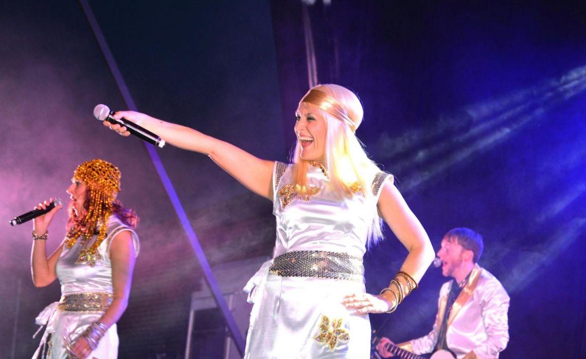 ABBA Show mit Sabrina Wolfram ABBA Show - zum tanzen, mitsingen oder einfach nur so Spaß haben. Zu zweit als ABBA Girls, wie das original zu viert oder mit großer Band