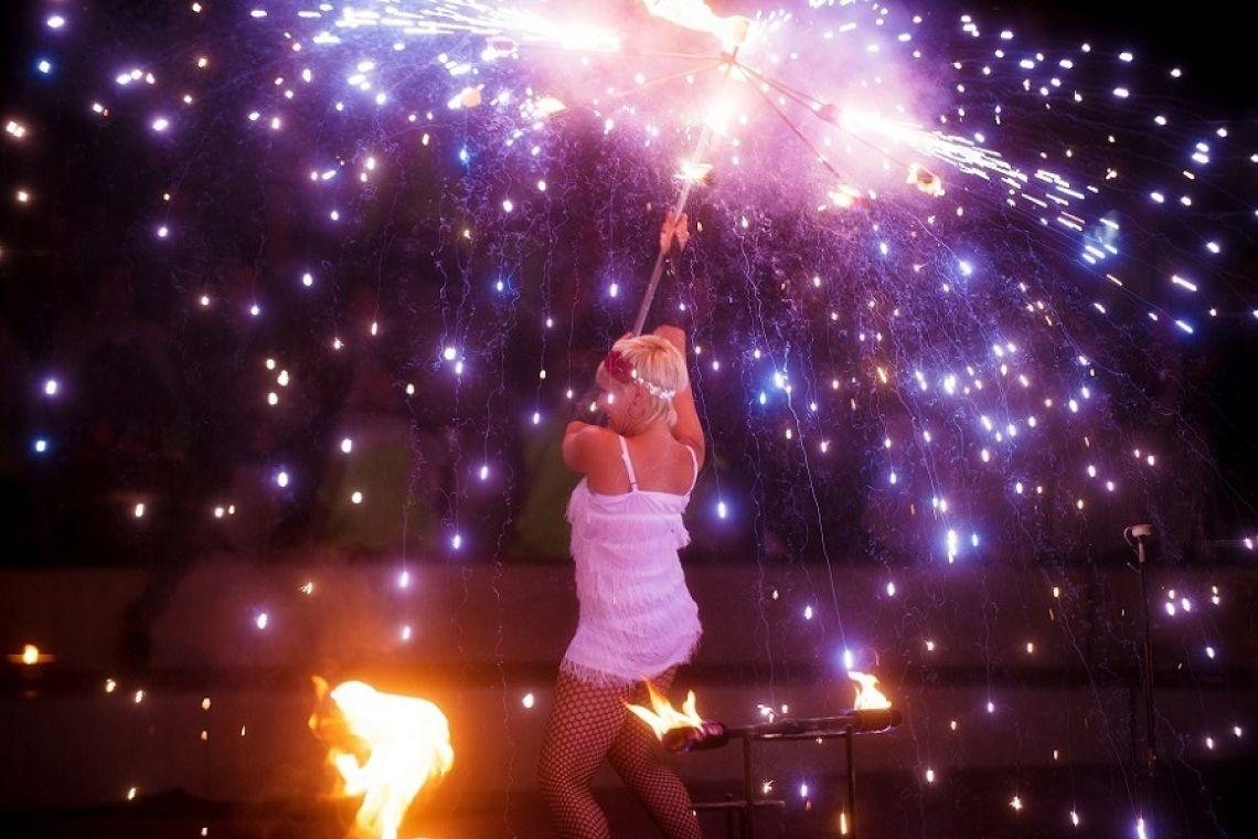 Feuer und Pyrotechnik  The Roaring Twenties - Im Stil der Zwanziger Jahre lassen wir die Funken fliegen. In unserer Feuershow Let's Swing bieten wir Ihnen ein wahres Show-Feuerwerk.