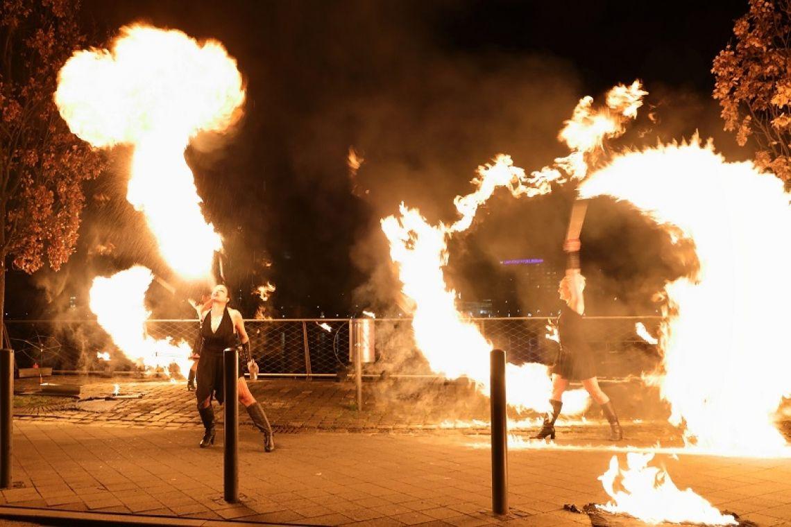 Feuershow für Firmenevents Furious Flames und geballte Frauenpower im Rahmen eines Firmenevents in Frankfurt/Main. Quelle: Schott AG